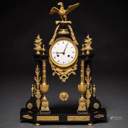 Reloj de sobremesa francés época Louis XVI en bronce dorado y mármol negro. Trabajo francés, Siglo XVIII