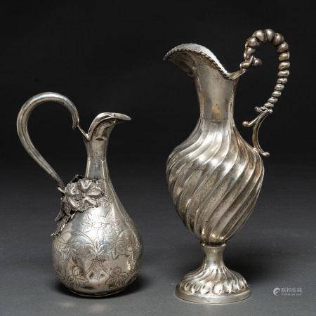 Conjunto de dos jarras de vino en plata española punzonada. Ley, 925. Siglo XX