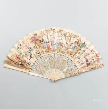 Abanico Chino  con varillaje en marfil ricamente tallado y policromado con incrustaciones de madreperla pintado a mano. Finales del Siglo XVIII.