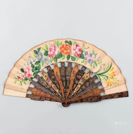 Abanico Chino con varillaje en madera pintada y decorada con animales y figuras. Trabajo Chino, Siglo XIX.
