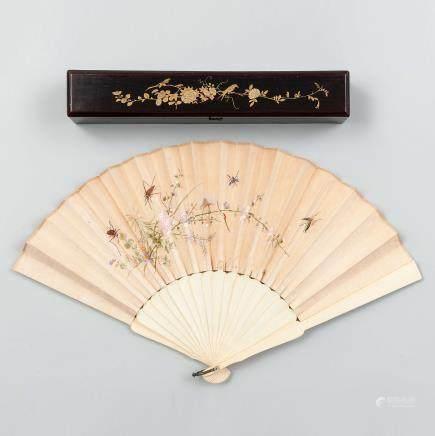 Abanico Chino con varillaje en marfil y país pintado en seda bordada con garzas, mariposas y saltamontes rodeados de ambiente floral. Trabajo Chino, Siglo XIX.