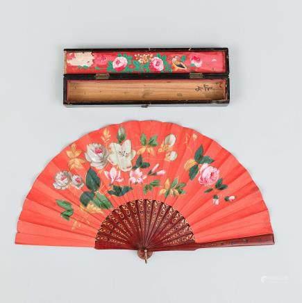 Abanico Chino con varillaje en madera pintado en rojo con motivos en dorado. Trabajo Chino, Finales del Siglo XIX – Principios del Siglo XX.