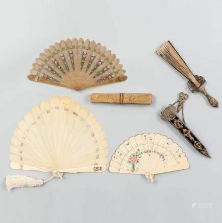 Conjunto de cuatro abanicos del siglo XIX.