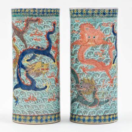 Pareja de jarrones cilíndricos en porcelana China. Trabajo Chino, Finales del Siglo XIX – Principios del Siglo XX.