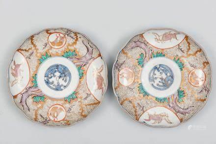 Pareja de platos polilobulados en porcelana. Trabajo Japonés, Siglo XIX.
