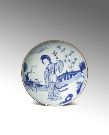 A RARE LARGE CHINESE BLUE AND WHITE DISH