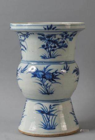 Vaso a tromba in porcellana decorata in bianco e