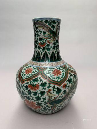 CHINE. VASE bouteille en porcelaine à décor en émaux Wucai de phénix parmi les feuillages. Marq