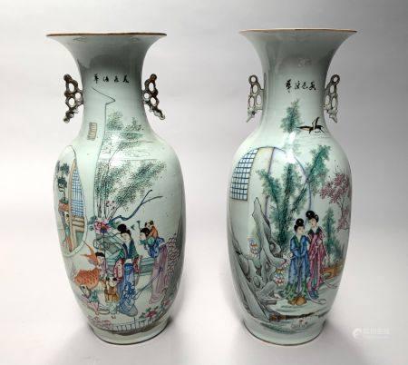 CHINE. Paire de VASES ovoïdes en porcelaine à décor polychrome d'élégantes dans un jardin. Le r