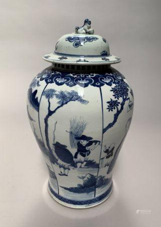 POTICHE couverte en porcelaine à décor en camaïeu de bleu de paysans et musiciens dans un paysa