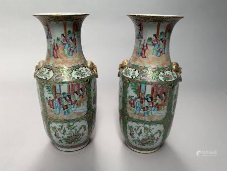 CHINE, Canton. Paire de VASE en porcelaine à décor de scènes de palais et d'oiseaux branchés da