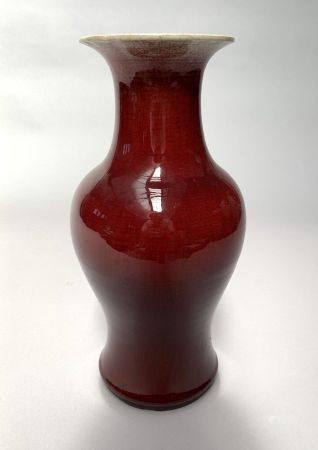 CHINE. VASE balustre en porcelaine à couverte sang-de-bœuf. H. 41 cm.