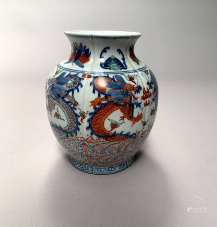 CHINE. VASE boule côtelé en porcelaine à décor en émaux wucai de dragons affrontés poursuivant