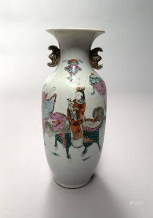 CHINE. VASE ovoïde en porcelaine à décor en émaux de la Famille rose d'une procession de dignit