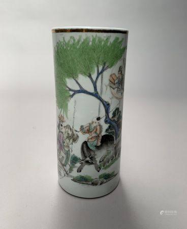 CHINE. VASE rouleau en porcelaine à décor de dignitaire dans un paysage. H. 27,5 cm. Fond percé