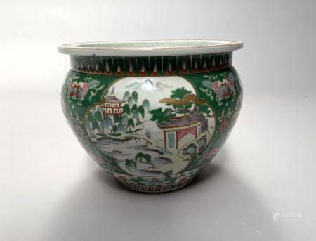 CHINE. CACHE-POT en porcelaine à décor dans le goût de la Famille verte de paysages animés dans