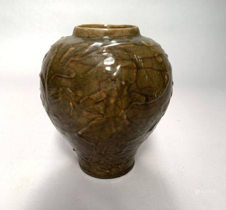 CHINE. VASE balustre en grès à couverte vert épinard et décor sous couverte de branchage. H. 29