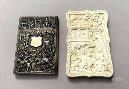 VIETNAM. ETUI à CARTES en argent à décor en bas-relief de guerriers et d'un cartouhe muet. 9,5