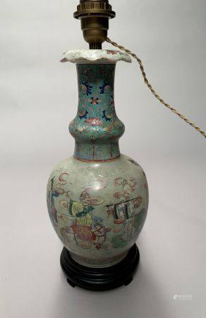 CHINE. VASE en porcelaine à décor polychrome de dignitaires. H. 34,5 cm. Monté en lampe, restau