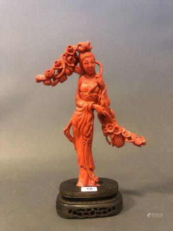 CHINE. BRANCHE de CORAIL sculpté figurant une élégante au panier de fleurs. H. 21 cm.