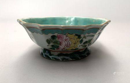 CHINE. COUPE polylobée en porcelaine à décor polychrome de papillons et feuillages fleuris. H.