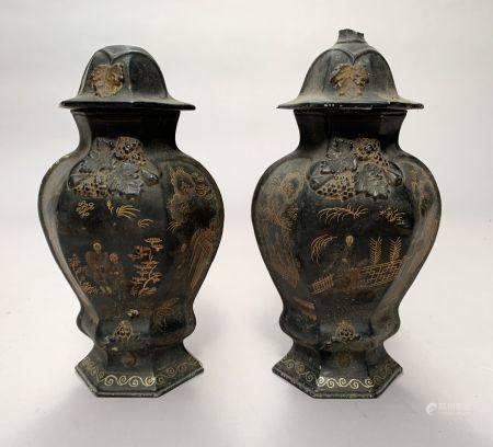 CHINE. Paire de VASES couvert de section hexagonale en porcelaine à décor doré sur fond noir de