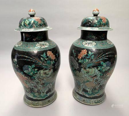 CHINE. Paire de POTICHES couvertes en porcelaine à décor en émaux polychrome sur fond noir, de