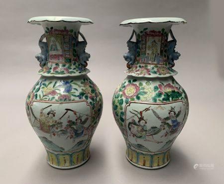 CHINE. Paire de VASES en porcelaine à décor polychrome de guerriers dans des réserves sur fond