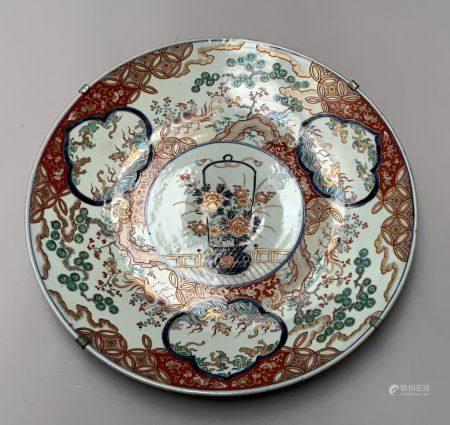 CHINE. Grand PLAT circulaire en porcelaine à décor dans le style Imari de dragons dans des rése
