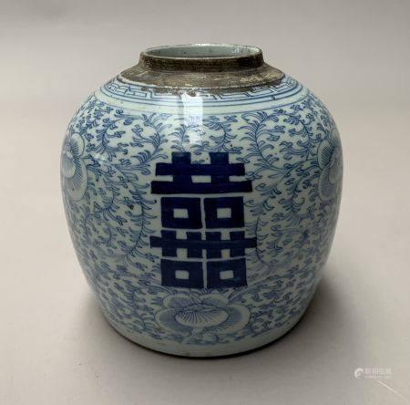 CHINE. POT à GINGEMBRE en porcelaine à décor en bleu et blanc de rinceaux. Epoque XIXe siècle.