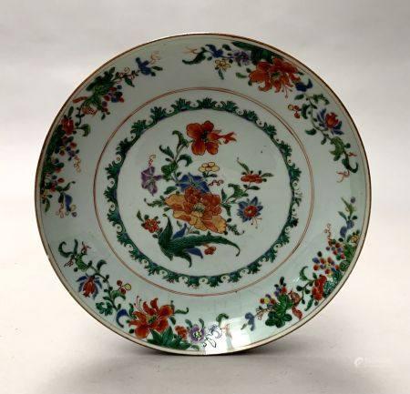 CHINE. PLAT circulaire en porcelaine à décor en émaux de la Famille verte de rinceaux fleuris.