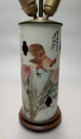 CHINE. VASE rouleau en porcelaine à décor polychrome d'un coq juché sur un rocher. La panse ajo
