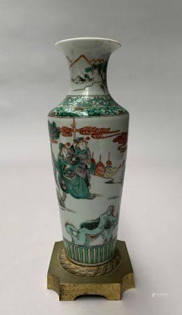 CHINE. VASE rouleau en porcelaine à décor en émaux de la Famille verte d'une scène de dignitair