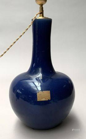 CHINE. VASE bouteille en porcelaine à couverte bleu nuit. H. 35,5 cm. Monté en lampe, accidents