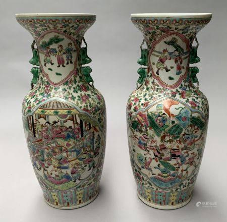 CHINE. Paire de VASE en porcelaine à décor polychrome de scènes de palais dans des réserves pol