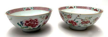 CHINE. Paire de BOLS en porcelaine en émaux de la Famille rose à décor de branches fleuries. Ep