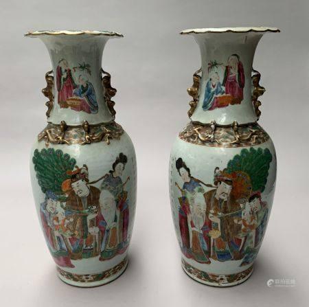 CHINE. Paire de VASE en porcelaine à décor polychrome de dignitaires et de poème. L'épaulement