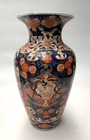 JAPON. Grand VASE ovoïde en porcelaine à décor Imari de volatiles dans un paysage, en réserve s