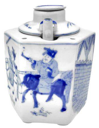 Chinese teapot in blue and white porcelain, seventeenth century, China (Manchuria). H 14 cm.