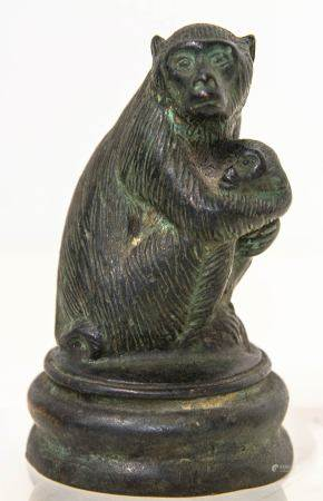 Bronze statuette, China, 18th century. Monkey and pup. Cire perdue. Cm 10