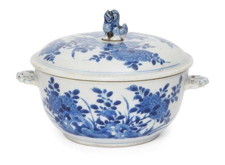 A Chinese porcelain bowl and cover, Kangxi period, painted in underglaze blue with chrysanthemum and