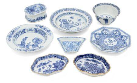 Eight pieces of Chinese porcelain, 17th - 18th century, painted in underglaze blue, comprising a