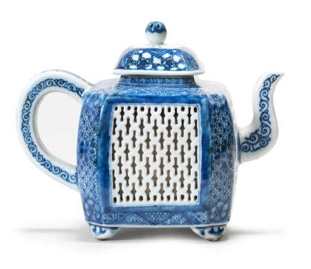 A blue and white reticulated teapot and cover Qianlong (2)