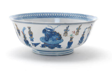 AN UNDERGLAZE BLUE, POLYCHROME ENAMEL AND GILT 'HUNDRED ANTIQUES' BOWL Daoguang six-character mark and of the period