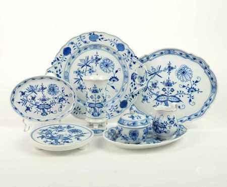 KONVOLUT, Staatl. Porzellanmanuf Meissen, 8 Teile, Dekor Zwiebelmuster Blau, bestehend aus: Platte