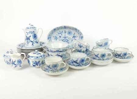 RESTSERVICE, Staatl. Porzellanmanuf. Meissen, Dekor Zwiebelmuster Blau, bestehend aus: Kakaokanne, 7
