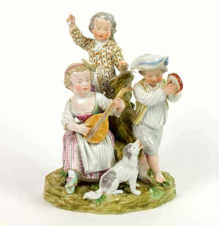 GRUPPE, Volkstedter Porzellanmanufaktur (?), 19.Jh., polychromiert, aufspielende Kinder mit Hund auf