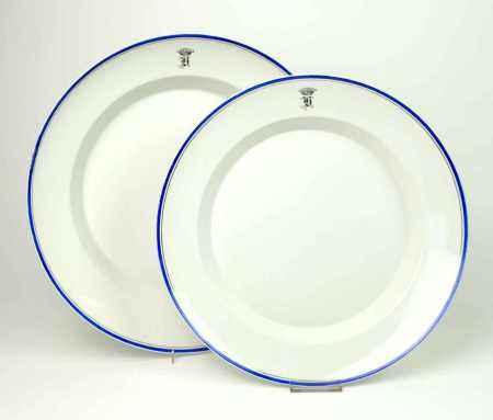 ZWEI GROßE PLATTEN, KPM/ Berlin, 1849-70, Porzellan, runde Form, blauer Rand mit Goldfaden (dort