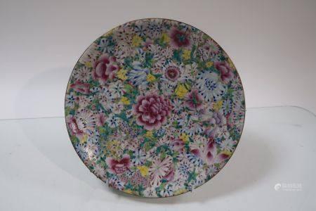 Plat en porcelaine à décor de mille-fleurs, marque apocryphe Quienlong. Chine, vers 1900. Diamè