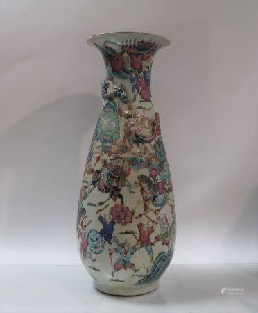 Vase en porcelaine de la famille rose. Chine, fin du XIXème siècle. Egrenures. Hauteur 63cm